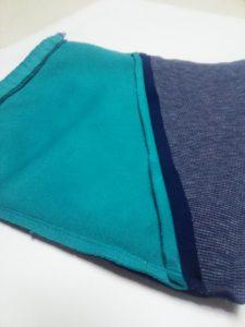 青と紺色の小袋(裏側)
